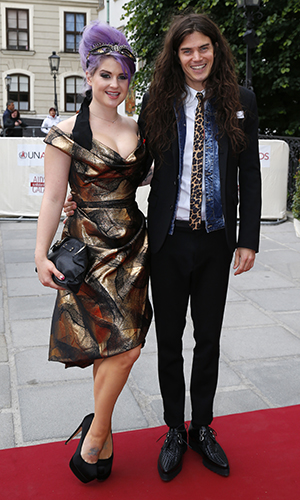 Kelly Osbourne and Matthew Mosshart pose together in May. (Getty Images)