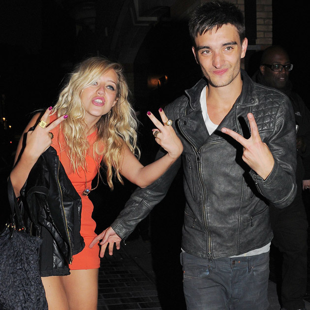 Novia de Tom Parker de la banda The Wanted sale muy alegre de bar
