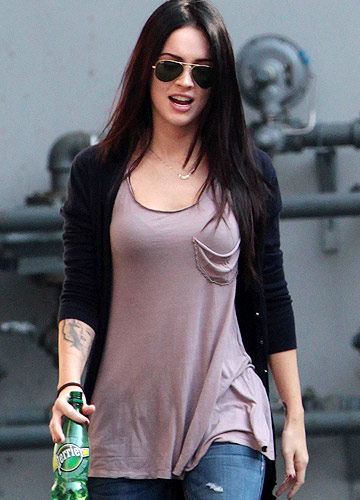Megan rocks her stylish shirt while out and about in Toronto. - O'Neill/White/INFdaily.com