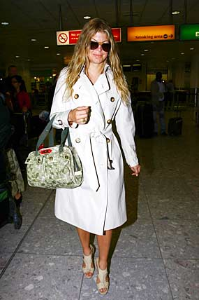 Fergie works some fab accessories in Heathrow Airport. - PacificCoastNews.com
