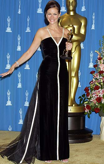 "Valentino told Newsweek that Julia Roberts' 2001 Oscar-winning speech (in one of his classic creations) was ""when vintage mania was born."" - Terry McGinnis/WireImage.com"