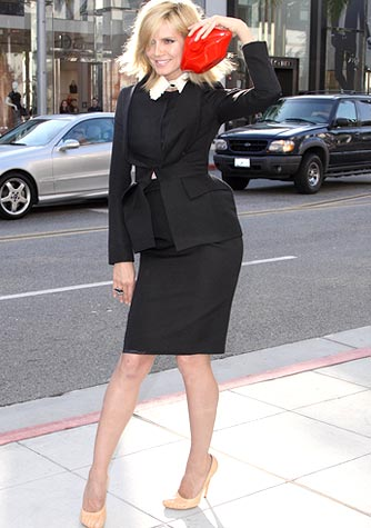 The Klum stops traffic in a black suit. But what's up with her red lips clutch? - Splash News