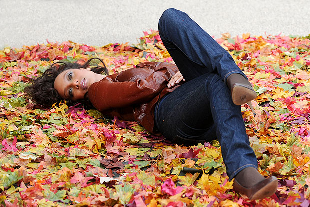 The supermodel kicks back on a pile of fall leaves. - Doug Meszler/Splash News