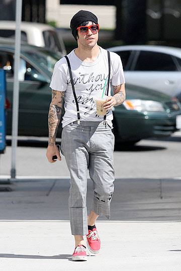 Pete Wentz strolls through LA in an outrageous ensemble. - Lins/X17online.com