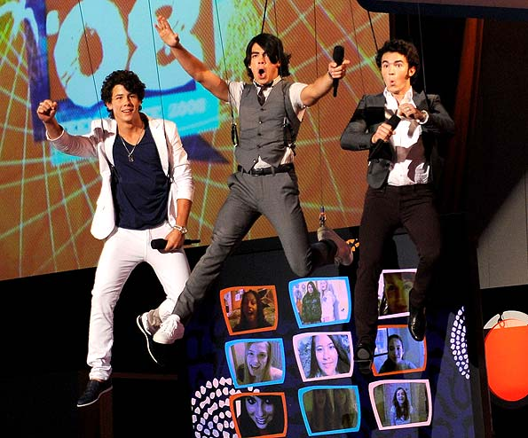 The Jonas Brothers rock the 2008 Teen Choice Awards. - Kevin Mazur/WireImage.com