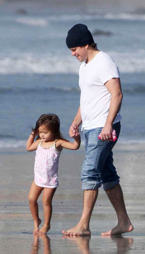 Matt and Isabella Damon take a walk on the beach. - Matt Symons/Jeff Steinberg/Pacific Coast News