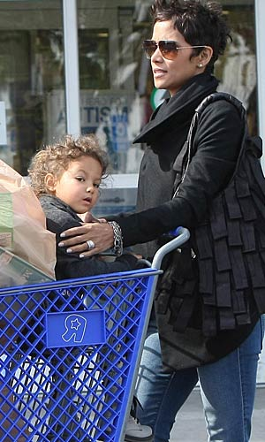 Halle and Nahla exit the toy store with a shopping cart full of goodies. - Stefan/INFphoto.com