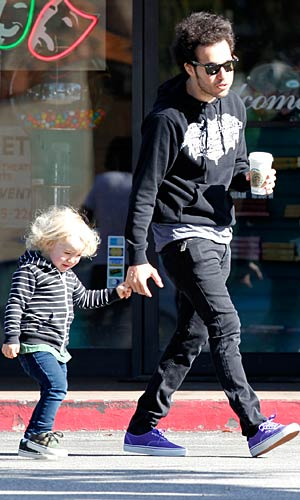 Sporting matching curly hairstyles, Pete and Bronx stop off to grab a coffee. - Splash News