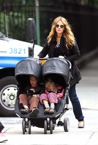 Julia Roberts and her twins Phinnaeus and Hazel take a stroll in Manhattan. - Daniel/INFphoto.com