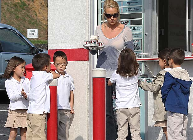 Kate Gosselin treated six members of her brood -- Aaden, Alexis Joel, Hannah, Leah, Collin -- to some Italian ice. - INFphoto.com