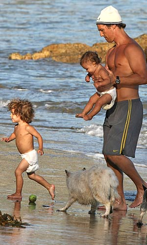 Vida and Levi splash around in their diapers. Fun! - Splash News