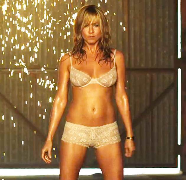 Jennifer Aniston strips down in 'We're the Millers' (Photo: Screengrab/Warner Bros.)