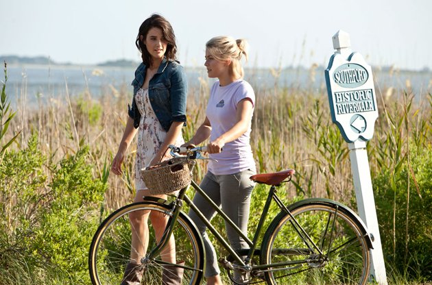Cobie Smulders, left, and Julianne Hough in 'Safe Haven' (Photo: Relativity Media)