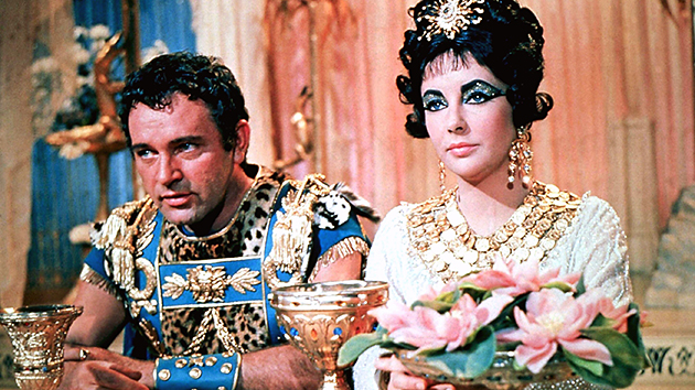 Elizabeth Taylor and Richard Burton in 'Cleopatra' (Photo: Everett)