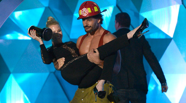 Elizabeth Banks gets carried off by Joe Manganiello (Photo: Kevork Djansezian/WireImage.com)