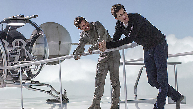 Tom Cruise and  Director Joseph Kosinski on set (Universal)