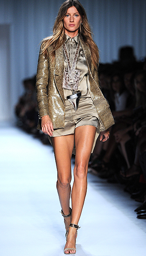 Gisele Bundchen works the catwalk. (Pascal Le Segretain/Getty Images)