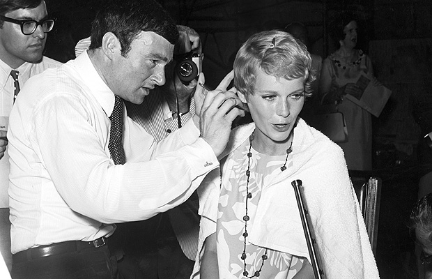 Sassoon giving Farrow her iconic hairstyle in 1967. (Everett Collection)