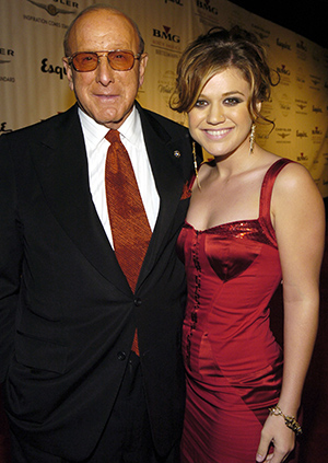 Kelly Clarkson and Clive Davis in 2004 (Getty Images)