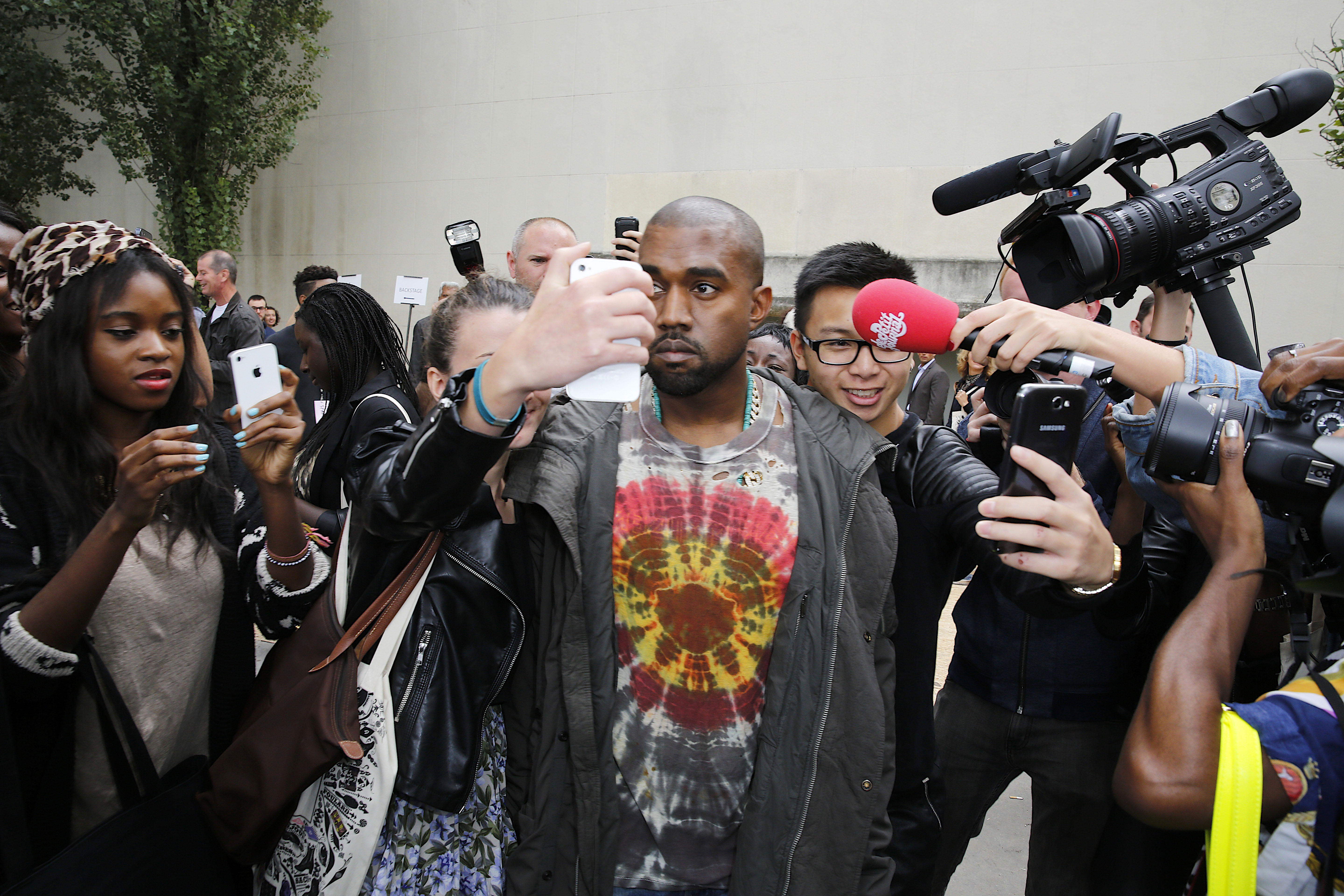 Kanye West gets swarmed in Paris (Splash News)