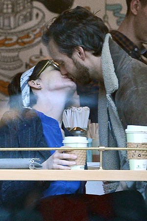 Anne Hathaway and her hubby smooch away on Sunday (Dough Meszler/Splash News)