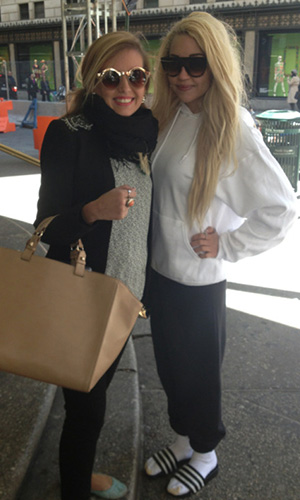 Amanda Bynes (r.) poses with a fan in NYC. (Twitter)