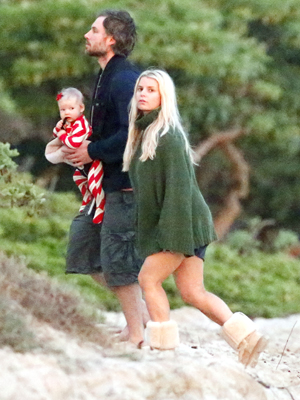 Jessica, her sweater, Eric, and Maxwell in Hawaii on Christmas Eve. (Splash News)