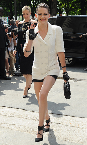 Kristen smiles and waves as she walks inside (Getty Images)