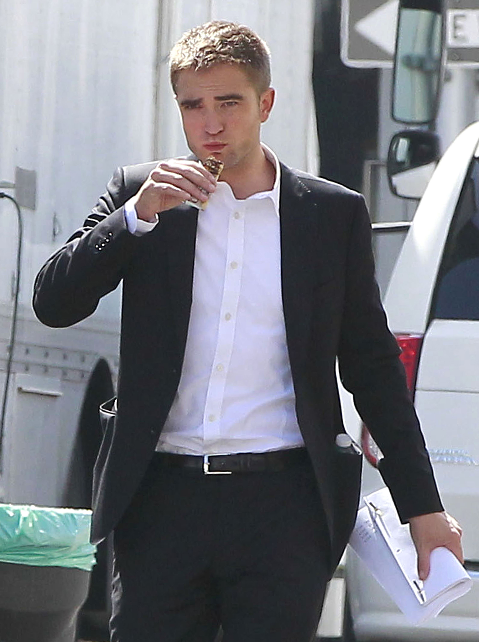 Robert Pattinson on set of 'Maps to the Stars' (FameFlynet)