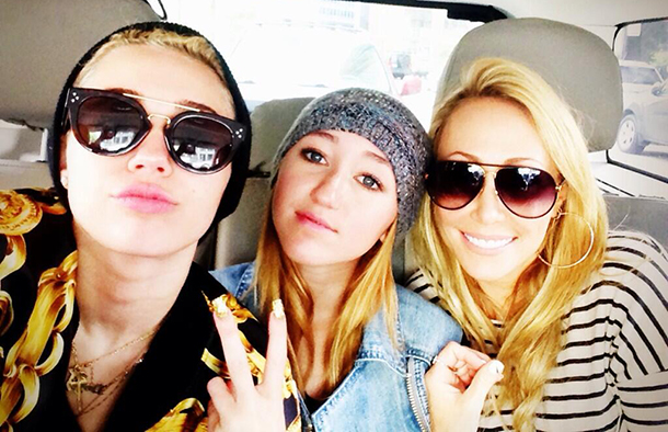 Miley Cyrus with her sister Noah and mother, Tish (Twitter)
