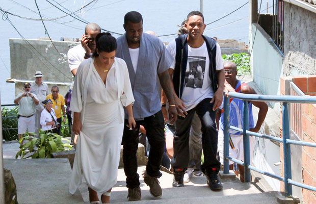 The couple took a walking tour with pal Will Smith. (Honopix/PacificCoastNews.com)