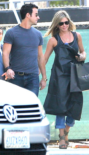 Jen and Justin go shopping in Beverly Hills (X17online.com)