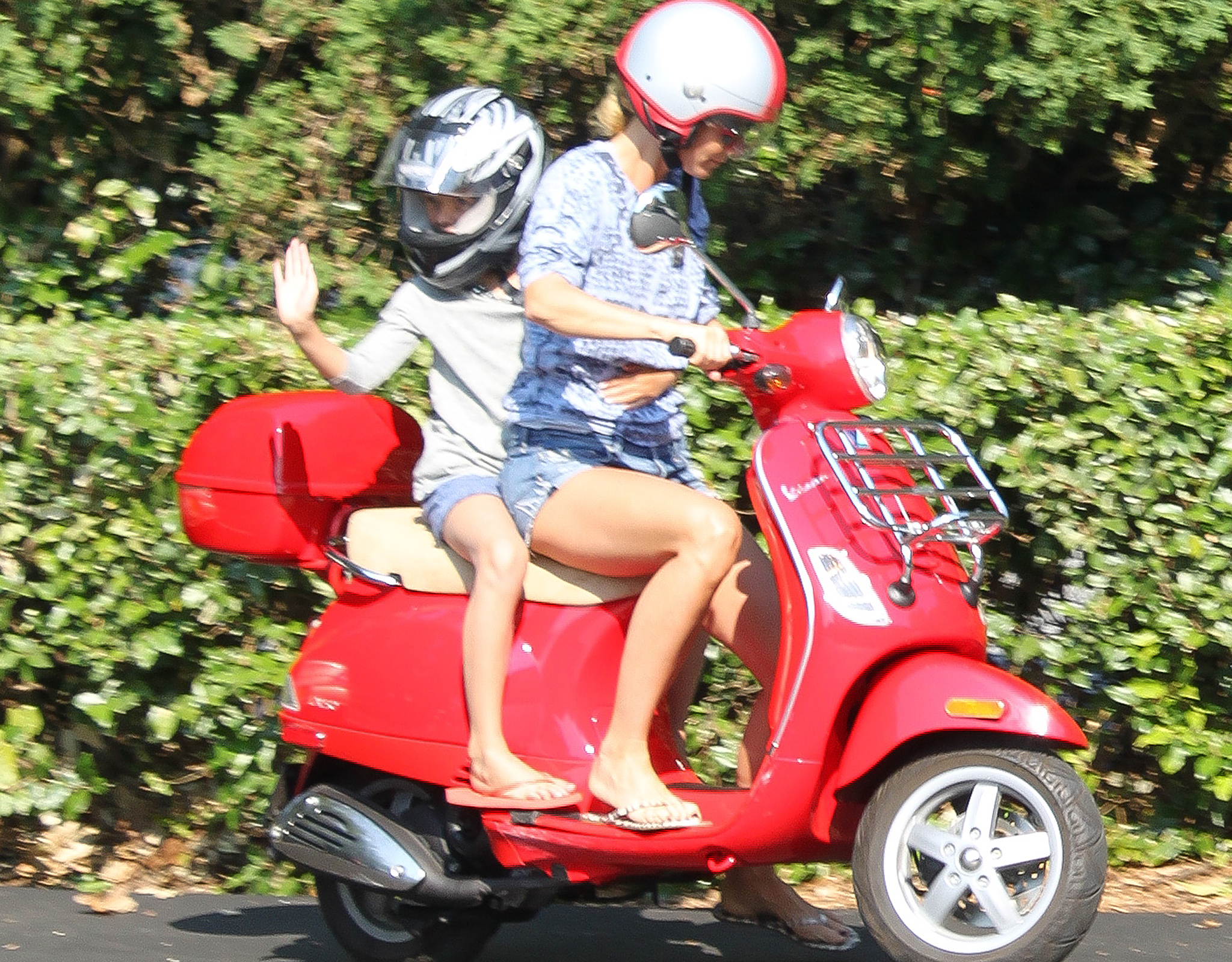 Gwyneth Paltrow cruises with her little one. (Agudo/Adams/INFphoto.com)