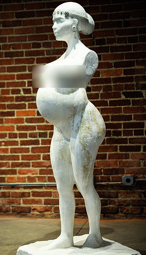 Sideview of the Kim Kardashian sculpture (Startraks)