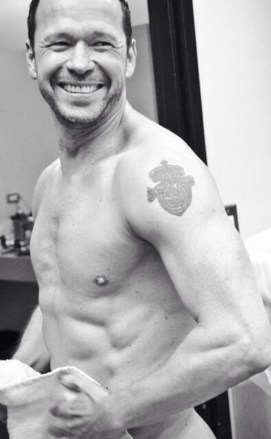 Donnie Wahlberg shows off his hot bod! (Twitter)