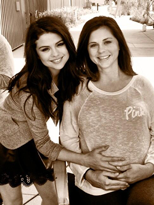 Selena Gomez and her mother, Mandy (Twitter)