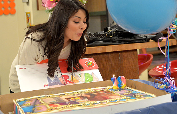 Miranda Cosgrove blows out her candles. (Charley Gallay/WireImage)