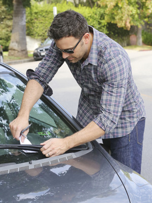 Ben Affleck left a note on a parked car after hitting its mirror on Saturday. (AKM Images/GSI Media)