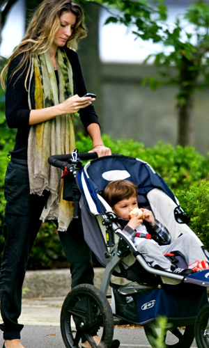 Bündchen with Benjamin in Boston (INFDaily.com)