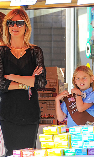 Heidi Klum sells Girl Scout cookies with her daughter Leni. (Mongoose/Splash News)