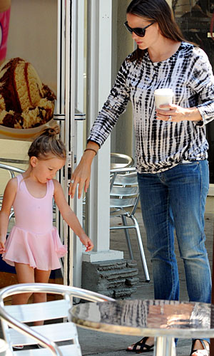 Jennifer Garner with Seraphina on August 7 (Dharma/INFDaily.com)