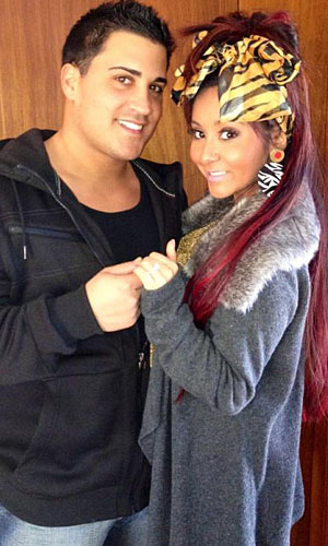 Snooki and Jionni ... and her huge ring. (Twitter)