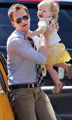 Harris with daughter Harper in NYC (Doug Meszler /Splash News)