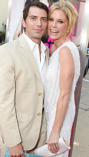 Bowen takes a snap with her real-life hubby, Scott Phillips. (Eric Charbonneau/WireImage)