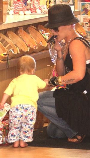 Pink and Willow hit a toy store (Splash News)