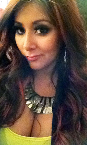 Snooki shows off her pregnancy cleavage. (Twitter)