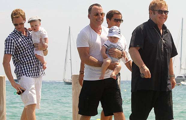 The doting dads and their kids set out to sea in St. Tropez. - Splash News