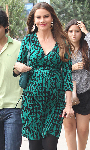 Sofia Vergara Films 'Modern Family' at Magnolia Cafe (Splash News)