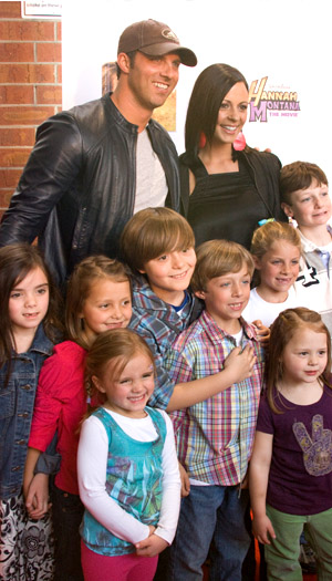 Sara, Jay, and their seven kids (plus a friend) in 2010. (Tom Burns/Getty Images)