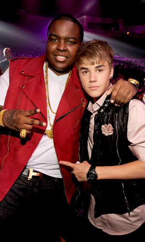 Sean Kingston and Justin Bieber bro it out. (Kevin Mazur/WireImage)